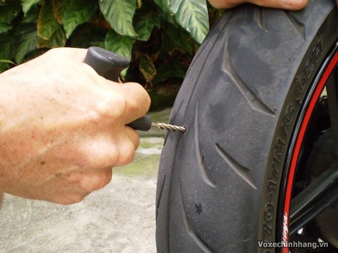 Cách tự vá vỏ không ruột xe máy đơn giản và dễ thực hiện nhất - 4