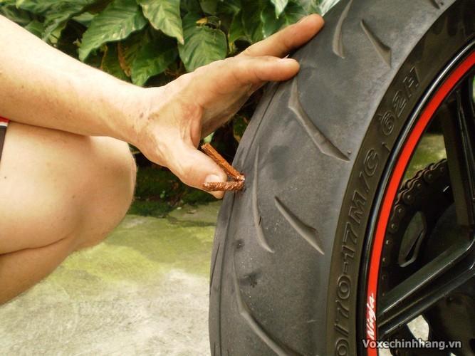 Cách tự vá vỏ không ruột xe máy đơn giản và dễ thực hiện nhất - 9