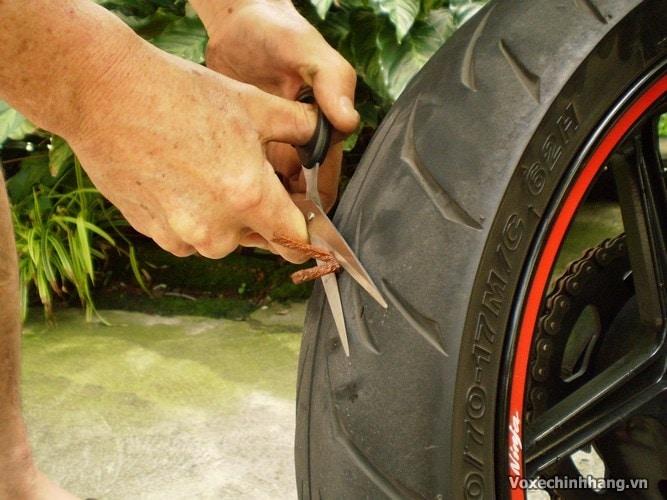 Cách tự vá vỏ không ruột xe máy đơn giản và dễ thực hiện nhất - 10