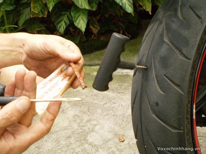 Cách tự vá vỏ không ruột xe máy đơn giản và dễ thực hiện nhất - 5