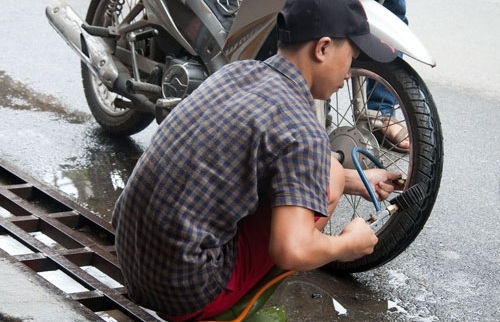 Bơm vỏ xe máy thế nào cho đúng?