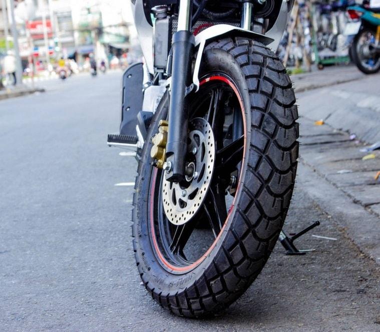 Tại sao lại tạo ra gân vỏ lốp xe máy để làm gì?